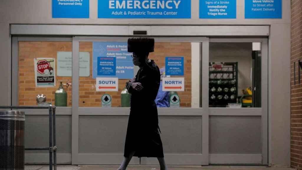 Un hombre camina frente a  un hospital de Brooklyn, en Nueva York (EEUU).