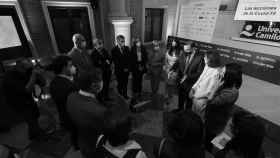 La ministra Reyes Maroto charla con los asistentes al Observatorio de la Sanidad.