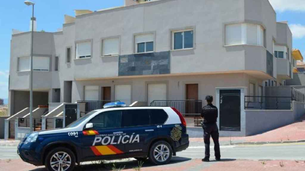 Un policía nacional en una zona residencial de la localidad murciana de Molina de Segura.