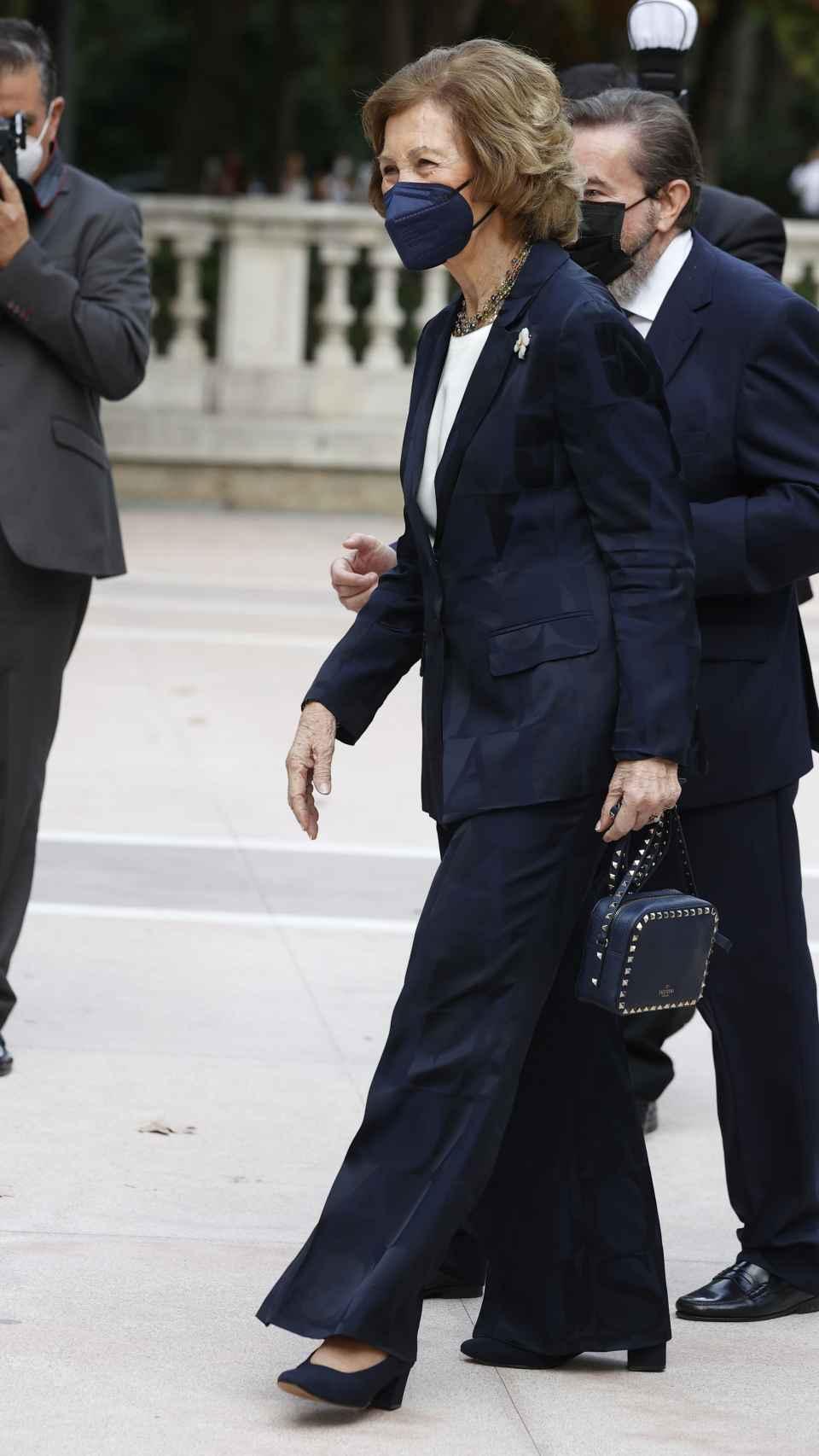 La reina emérita ha escogido un traje de chaqueta azul marino y bolso de Valentino a juego para su primer acto del curso.