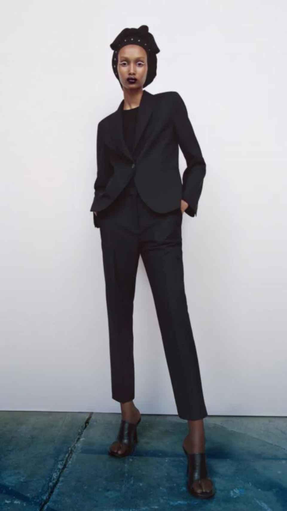 La modelo luce un 'total black look', desde su turbante hasta su calzado.