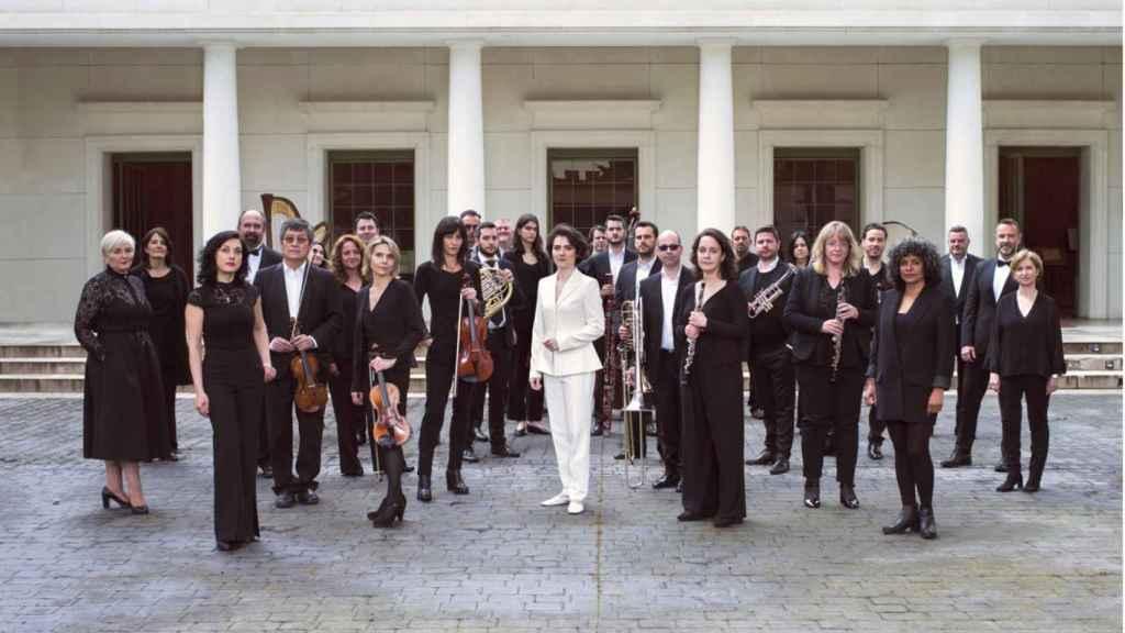 Marzena Diakun con la los miembros de la Orquesta y Coro de la Comunidad de Madrid.