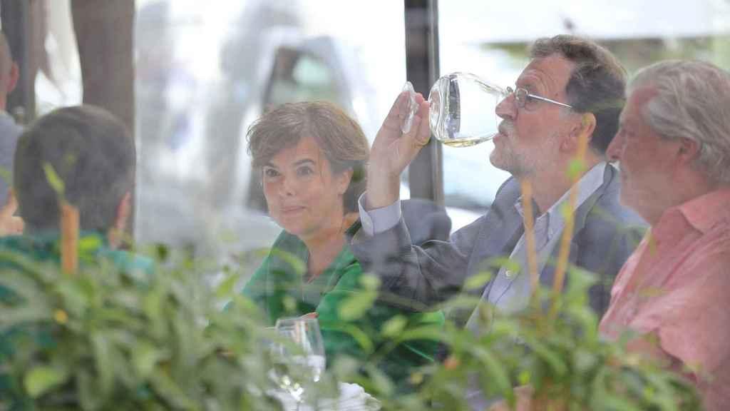 Soraya Sáenz de Santamaría, Mariano Rajoy e Íñigo Méndez de Vigo en el restaurante El Paraguas el pasado 31 de agosto.
