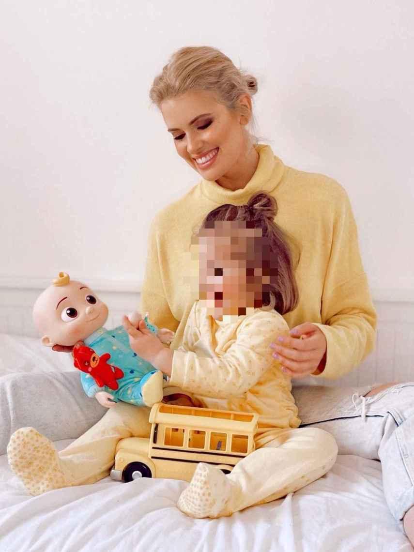 Adriana Abenia junto a su hija, Luna, de tres años de edad.