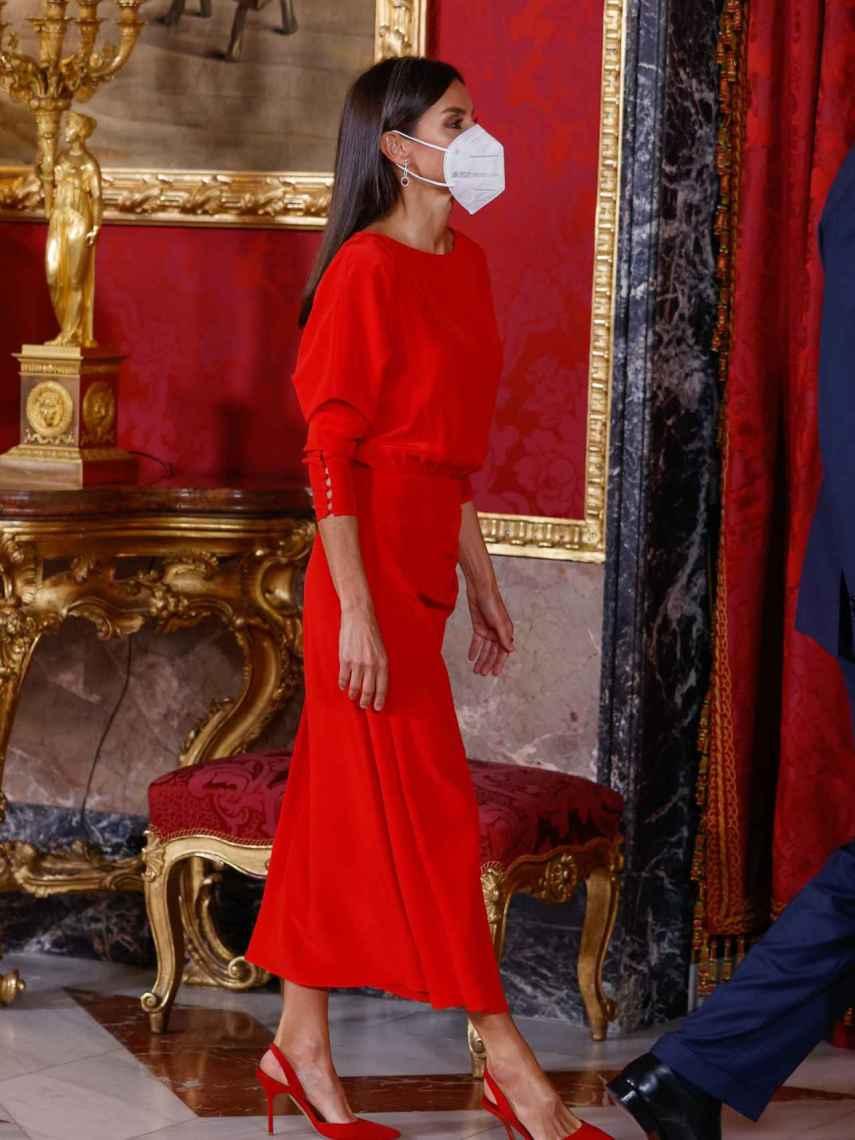 La Reina ha apostado por el rojo intenso tanto en su estilismo como en sus complementos.