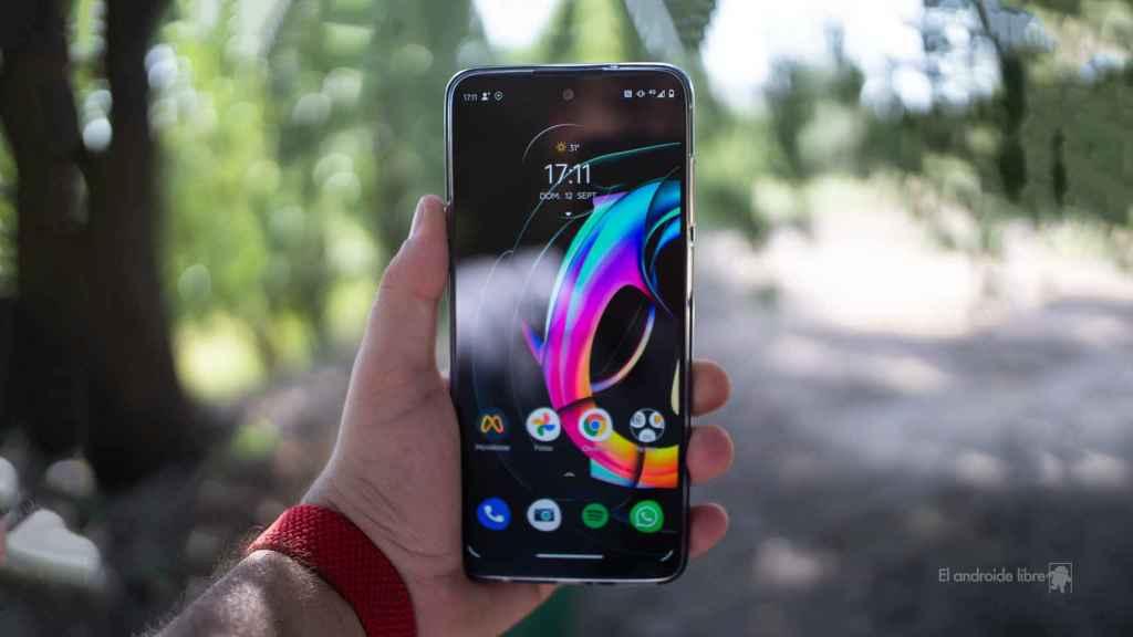 Motorola Edge 20 Lite en mano