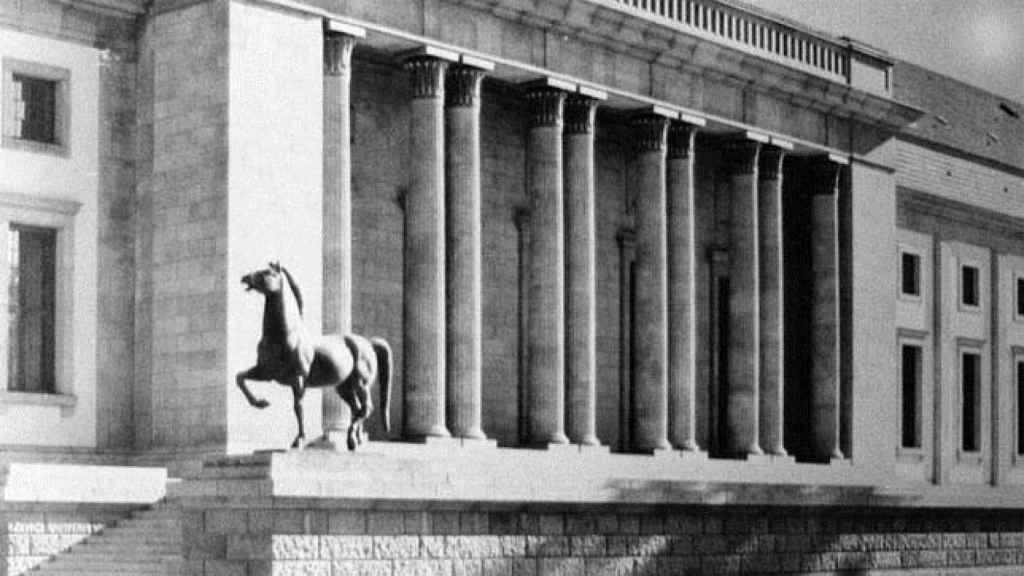 Los caballos en la escalinata de la cancillería tras su remodelación en 1939.
