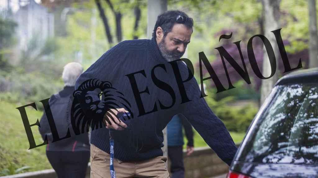 El productor en las inmediaciones de la casa de su exmujer, Gema López.