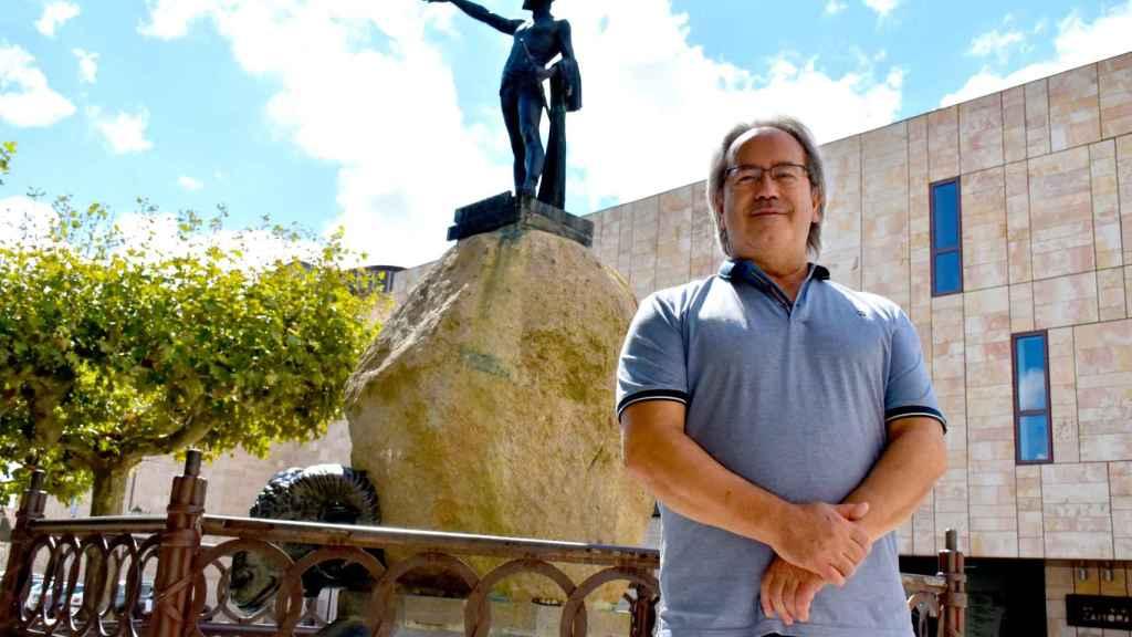 Francisco Guarido, alcalde de Zamora, junto a la estatua del líder lusitano Viriato
