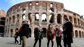 Varias personas con mascarillas para protegerse del coronavirus en Italia.