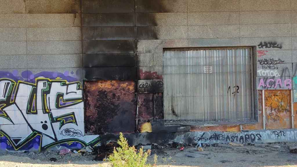 Restos quemados junto al pabellón oeste de la estación Victoria Kent.