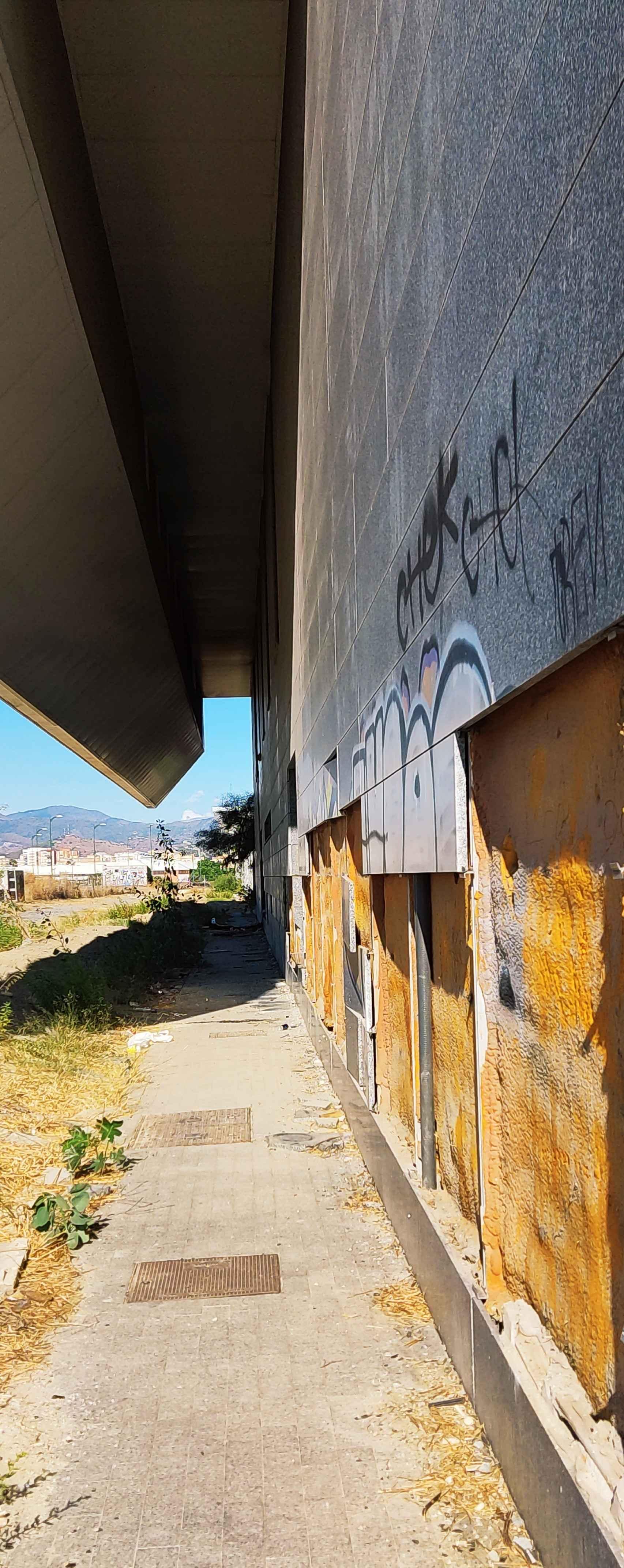 Trocos desprendidos de la fachada del edificio de la estación de Cercanías.