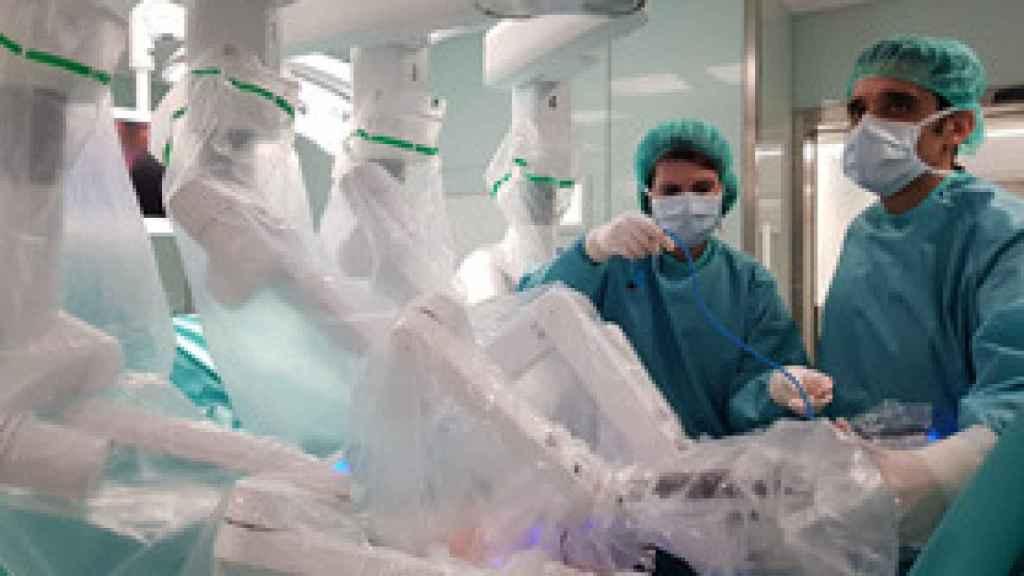 El Dr. Ramiro Cabello realizando una intervención urológica con el robot quirúrgico Da Vinci de la FJD.
