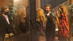 Pablo Casado, Isabel Torres y un grupo de amigos en el restaurante El Paraguas.