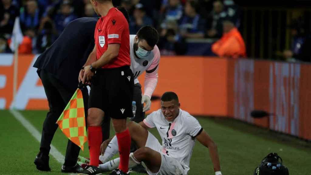 Kylian Mbappé, sobre el césped tras su lesión de tobillo