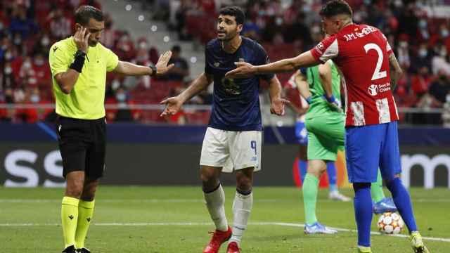El árbitro Ovidiu Hategan durante el Atlético - Oporto en el Wanda Metropolitano