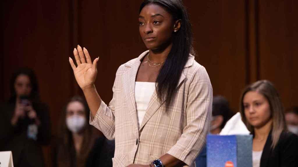 Simone Biles, en el juramento antes de testificar frente al Senado de EEUU