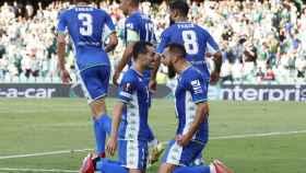 Juanmi y Borja Iglesias celebran un gol del Betis en la Europa League 2021/2022