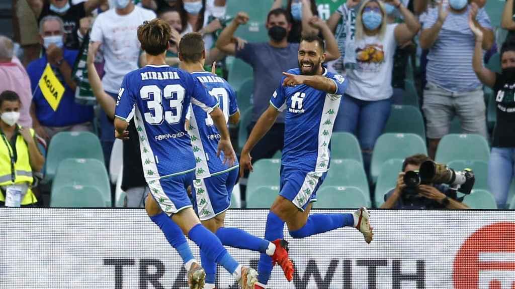 Borja Iglesias celebra un gol con el Betis en la Europa League 2021/2022