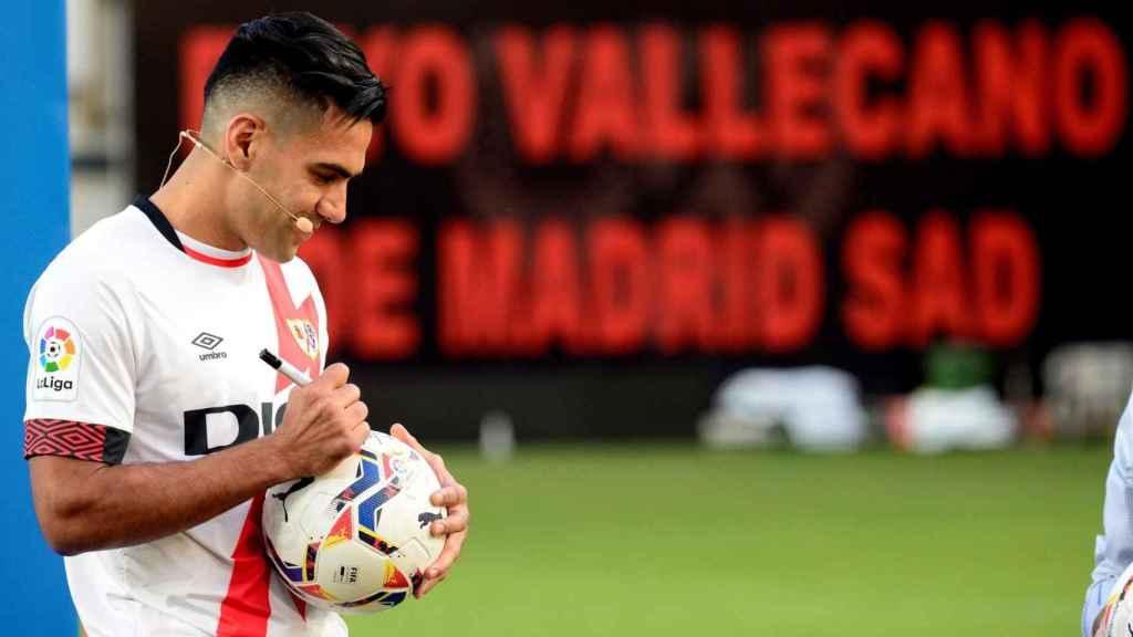 Radamel Falcao firma un balón durante su presentación como jugador del Rayo Vallecano