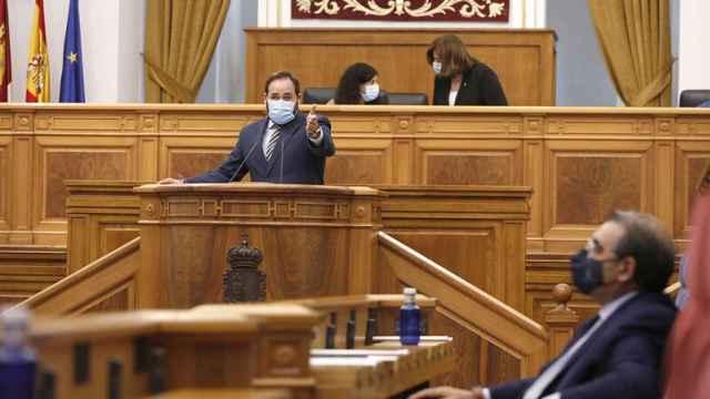 Paco Núñez señala al Fernández Sanz durante su intervención.