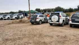 Numerosos vehículos policiales y de emergencias, este miércoles en los alrededores del pantano de Argés.