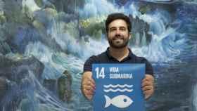 Pablo Rodríguez sostiene el cartel correspondiente al ODS 14 (Vida submarina).