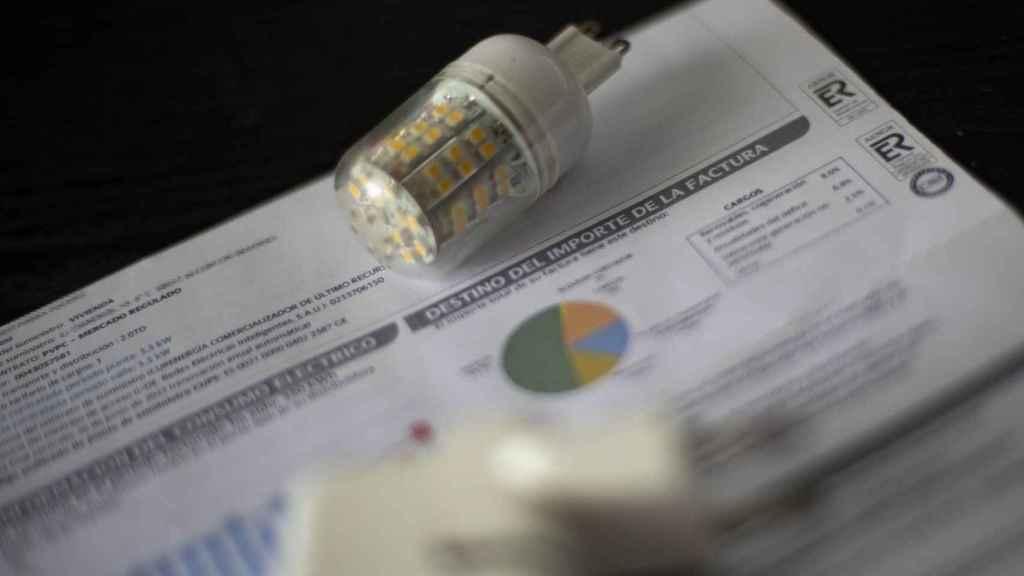 OCU calcula que las medidas del Gobierno rebajarán entre 25 y 28 euros al mes la factura eléctrica