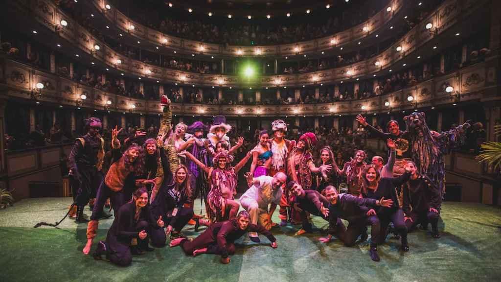 El elenco de Hara tras una función en el Teatro Cervantes.