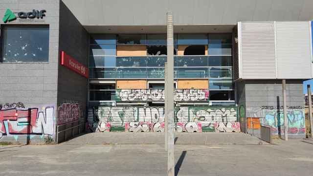 Estado actual de uno de los edificios de la estación Victoria Kent, en Málaga.