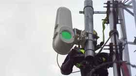 Un técnico instalando la antena Taara de Google.