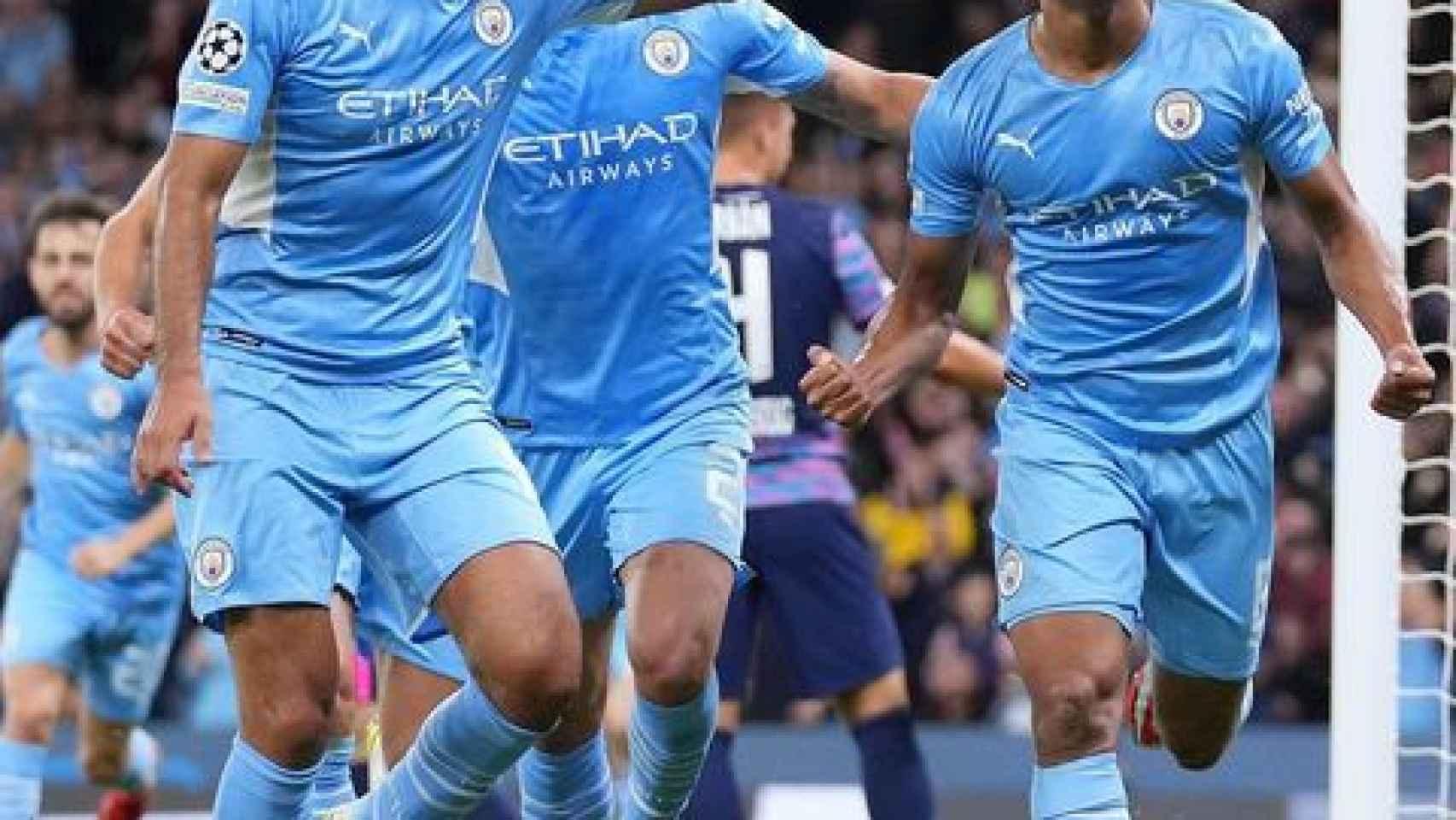 Nathan Aké celebra un gol con el Manchester City