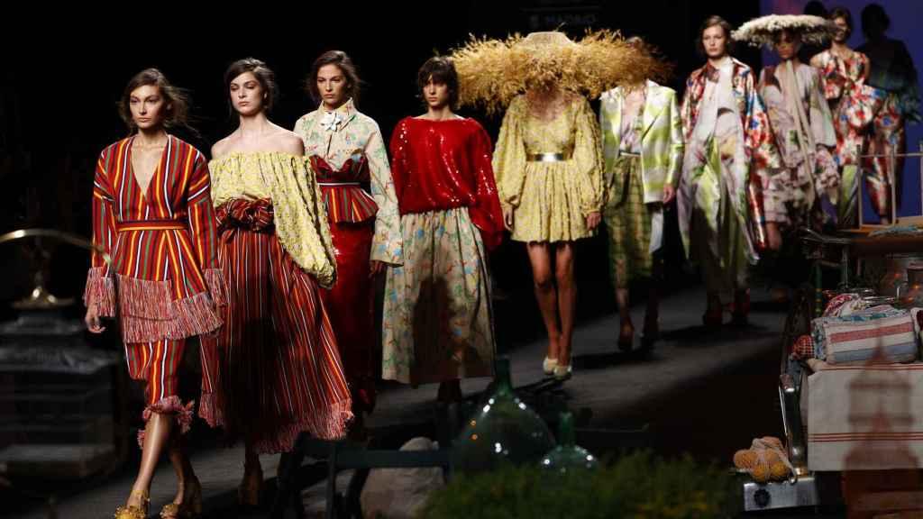 Modelos lucen creaciones de la firma Duyos durante la jornada inaugural de la Mercedes-benz Fashion Week Madrid.