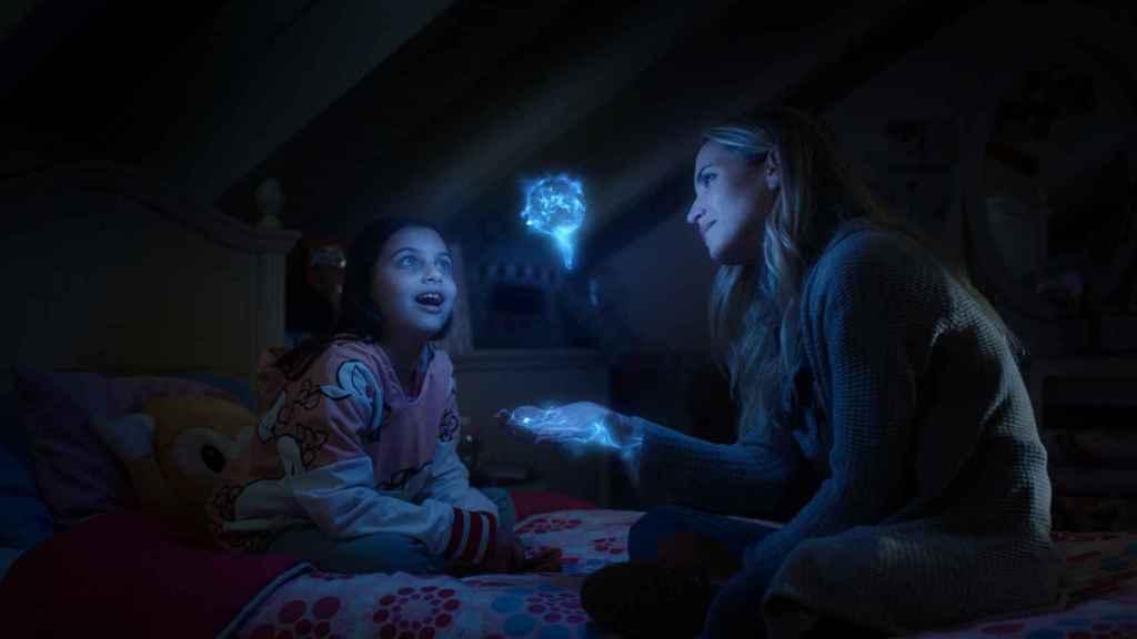 Sandra le enseña a su hija sus poderes.