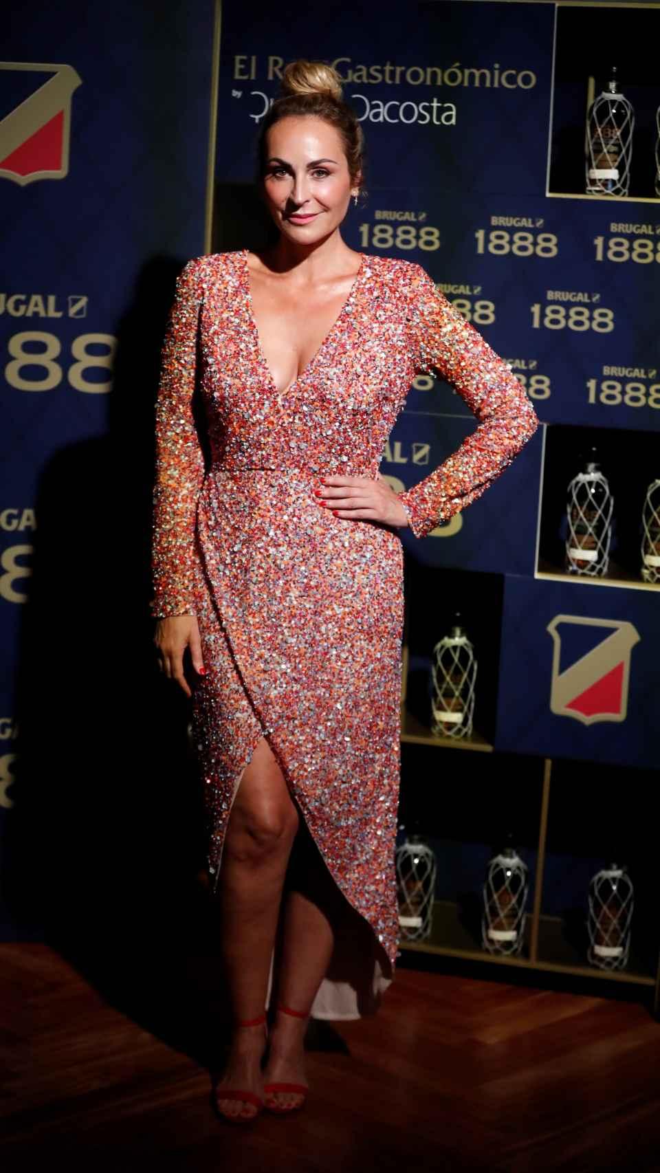Ana Milan, dans une robe à paillettes colorées, lors de l'événement.