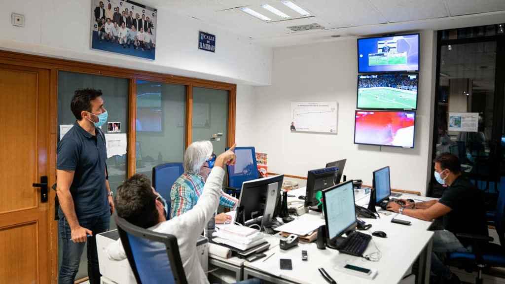 Castaño mira el partido entre Sevilla y Salzburgo de Champions.