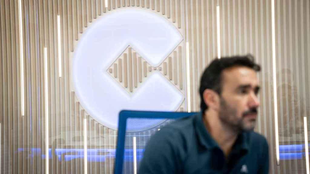 El director de El Partidazo con el logo de Cope de fondo.