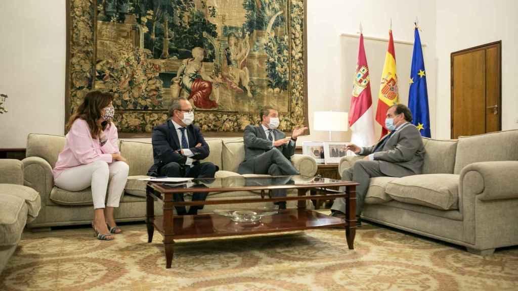 El presidente de Castilla-La Mancha, Emiliano García-Page, recibe al alcalde de Puertollano, Adolfo Muñiz