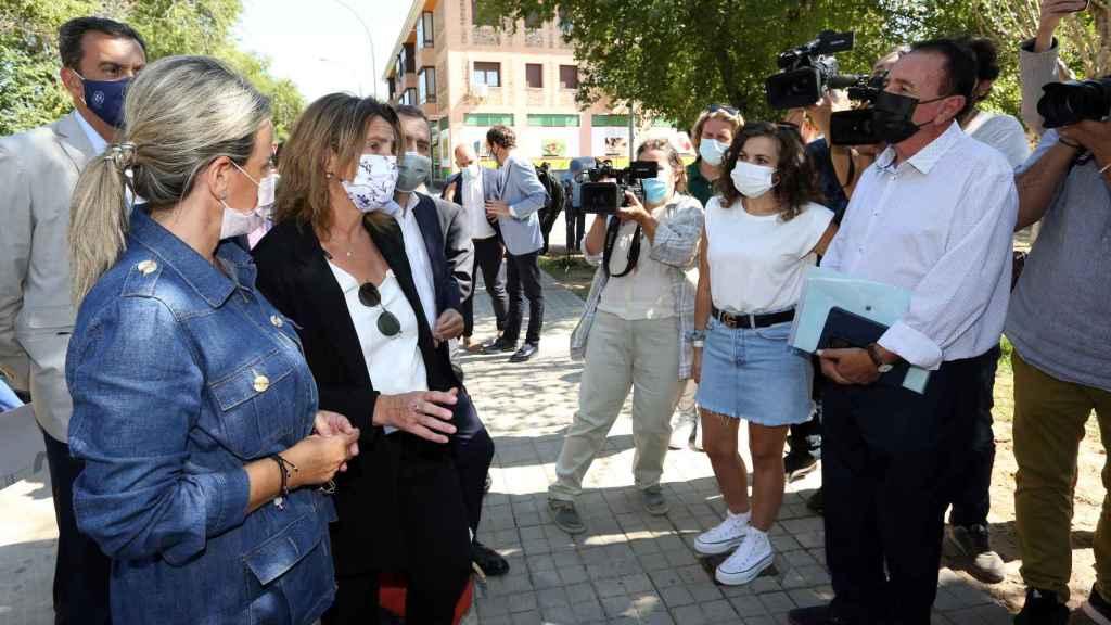 La ministra y la alcaldesa hablan con los vecinos de Azucaica.