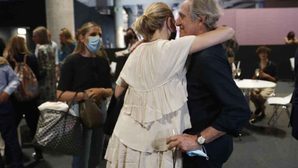 Marta Ortega abraza a su suegro, el diseñador Roberto Torretta.