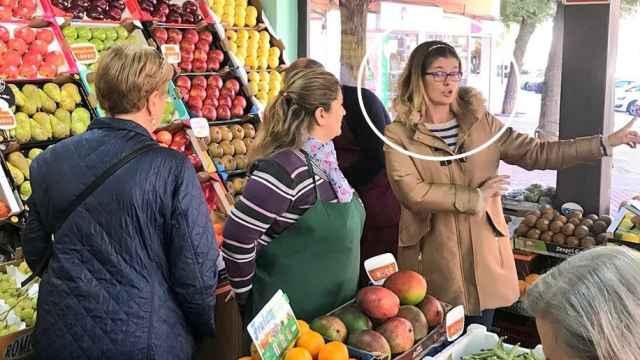 Noelia Posse, en una frutería de Móstoles