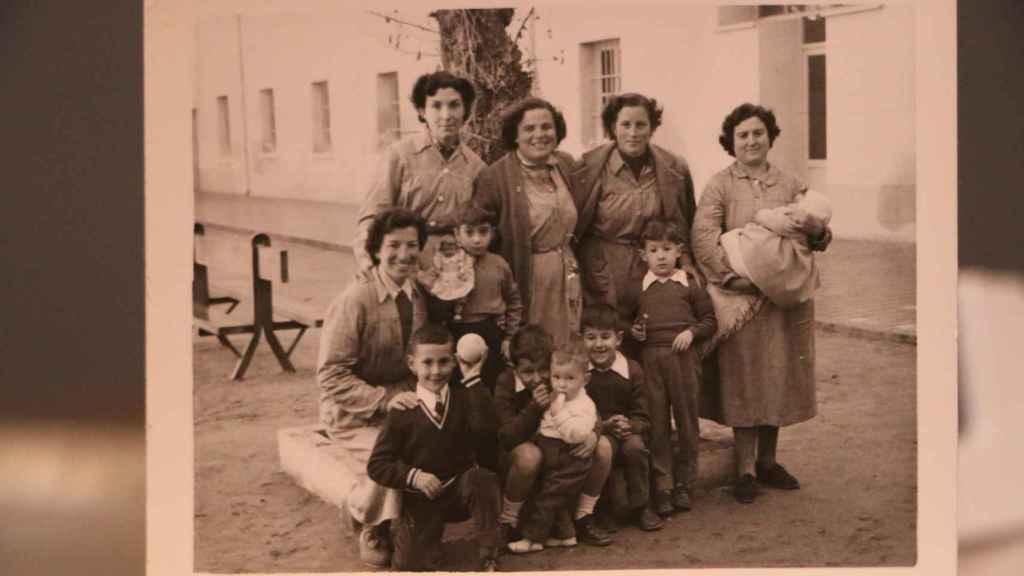 Manoli, junto a otras mujeres presas en la cárcel de Segovia en el año 1952.