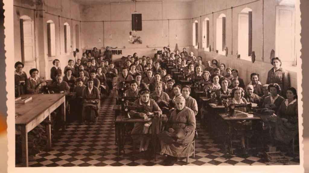 Manoli junto a otras compañeras en 1952, en la cárcel de Segovia, donde hacían labores textiles.