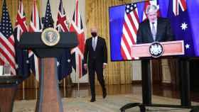Joe Biden antes de anunciar el acuerdo 'Aukus' y Boris Johnson, en la pantalla.