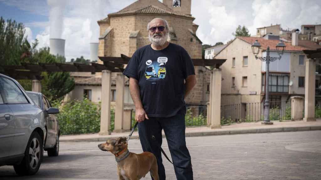 Juan, en Trillo, con la central nuclear de fondo.
