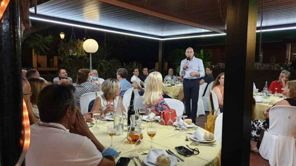 Soler, explicando la situación en una cena de 'sanchistas' ayer en Alicante.