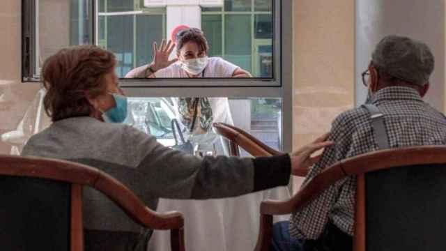 Las residencias de ancianos de la Comunidad Valenciana recuperan los abrazos tras 18 meses de pandemia.