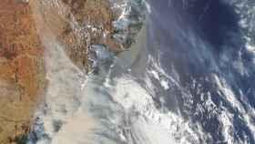 Imagen satelital del humo de los incendios de Australia de 2020.