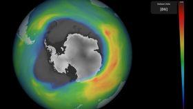 El agujero en la capa de ozono que se produce estacionalmente sobre la Antártida.