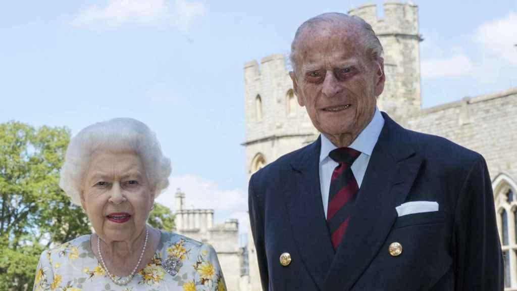 La reina Isabel y el duque de Edimburgo en un posado en el Castillo de Windsor.